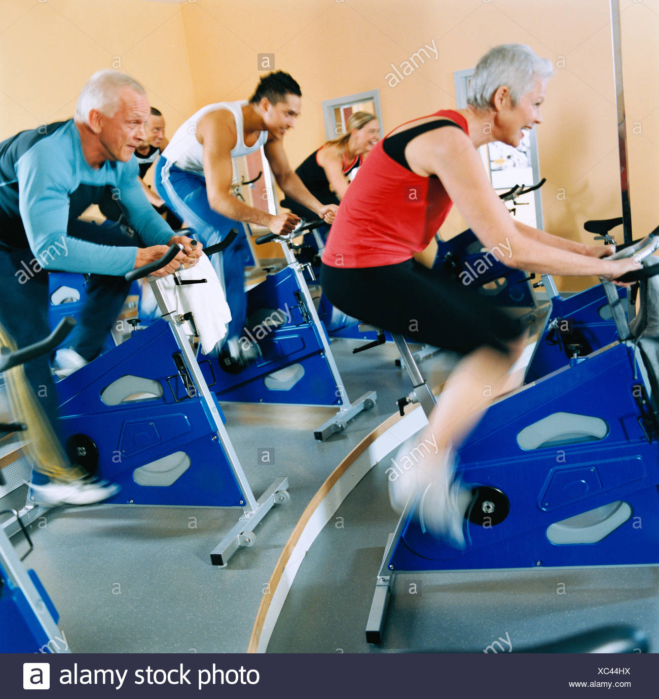 20-24 years 30-34 years activity adults only athlete bicycle bodybuilding color image cycle exercising five people gym health - Stock Image