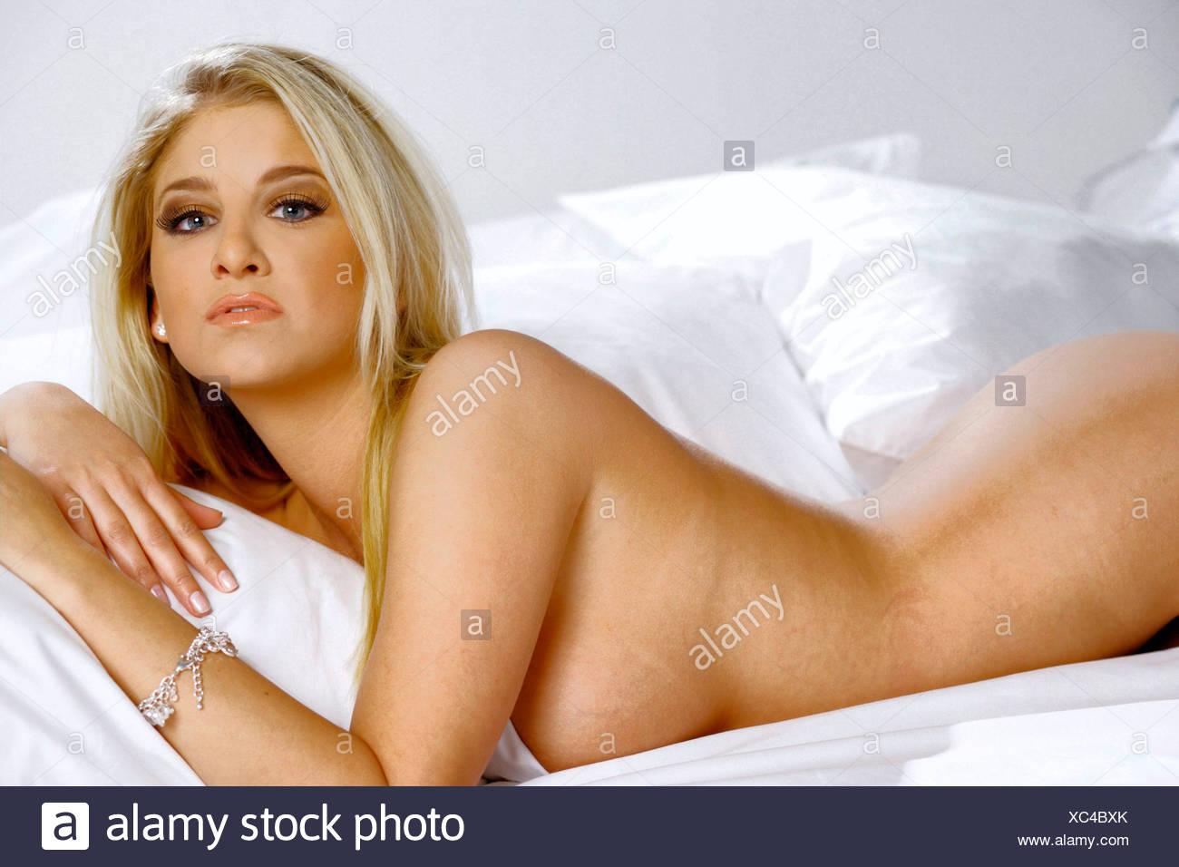 ariana grande nackt im bett