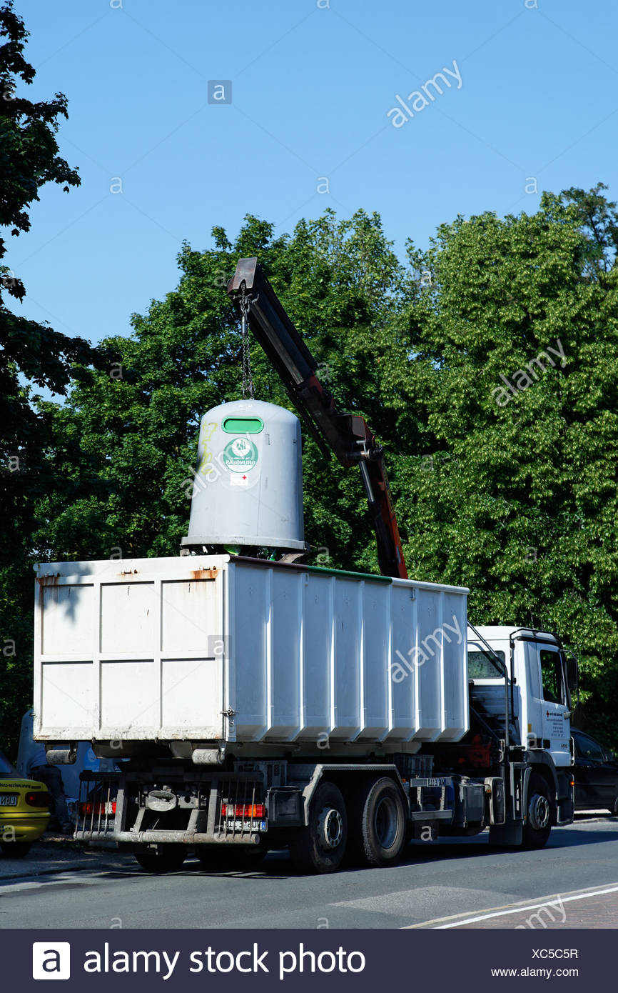 Truck emptying a waste glass container with a crane, Nuremberg, Middle Frankonia, Frankonia, Bavaria, Germany, Europe - Stock Image