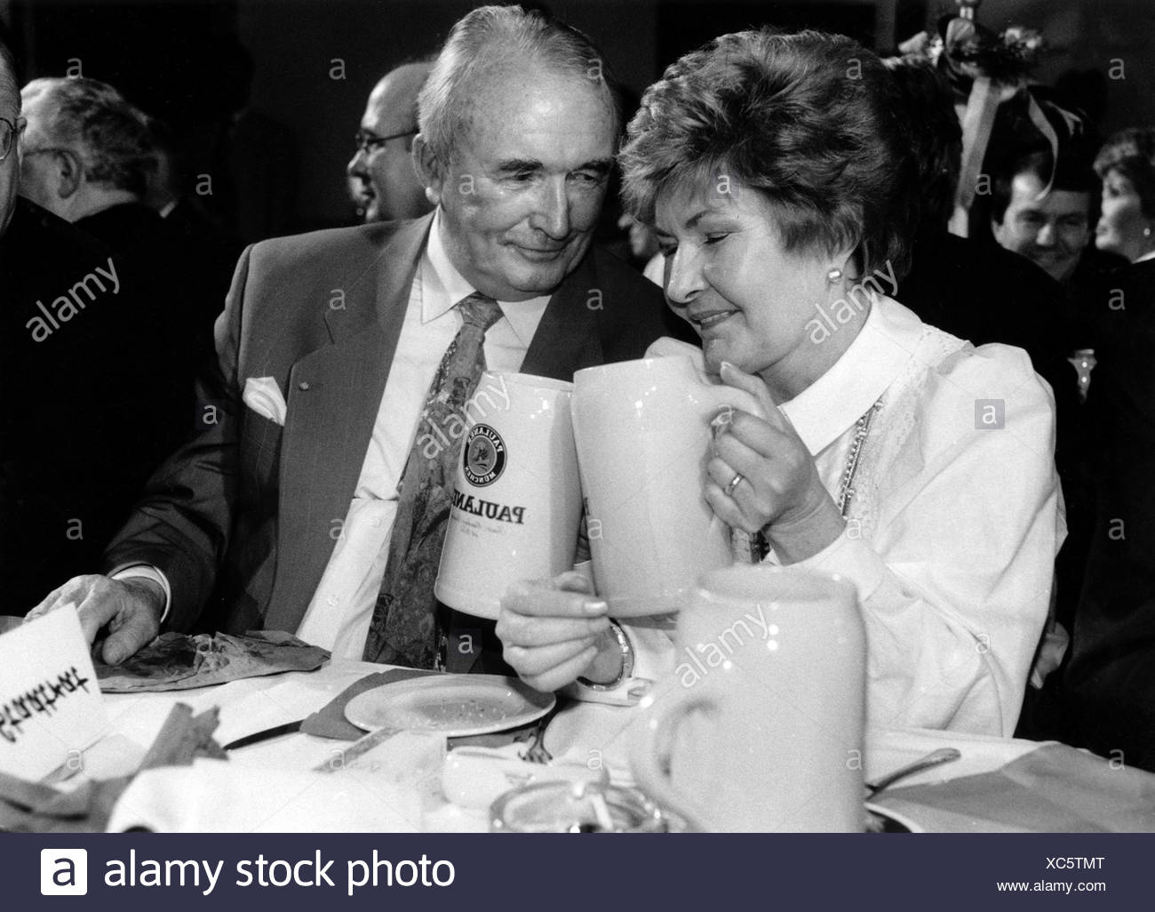 Schönhuber, Franz, 10.1.1923 - 27.11.2005, German politician, (REP), half length, with his wife Ingrid, strong beer tapping, Salvatorkeller, Salvatorprobe, Nockherberg, Munich, 19.3.1992, Additional-Rights-Clearances-NA - Stock Image