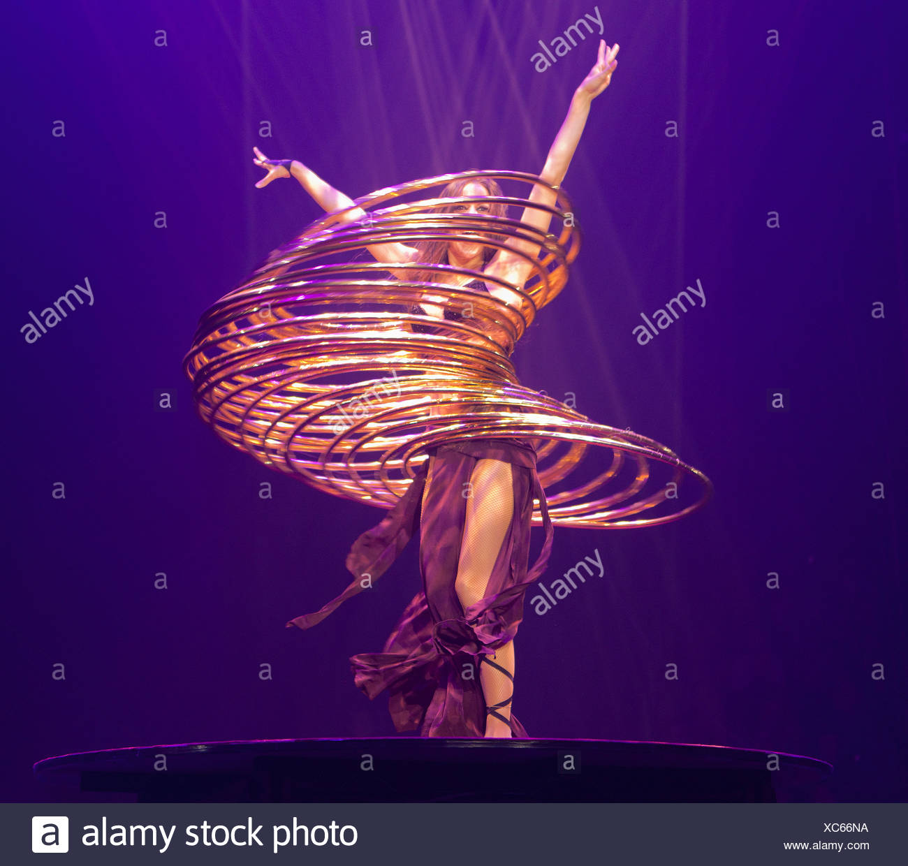 Hula-hoop performance, Romina Micheletty, FlicFlac Christmas Circus, premiere of Schrille Nacht, eilige Nacht, Westfalia Hall - Stock Image