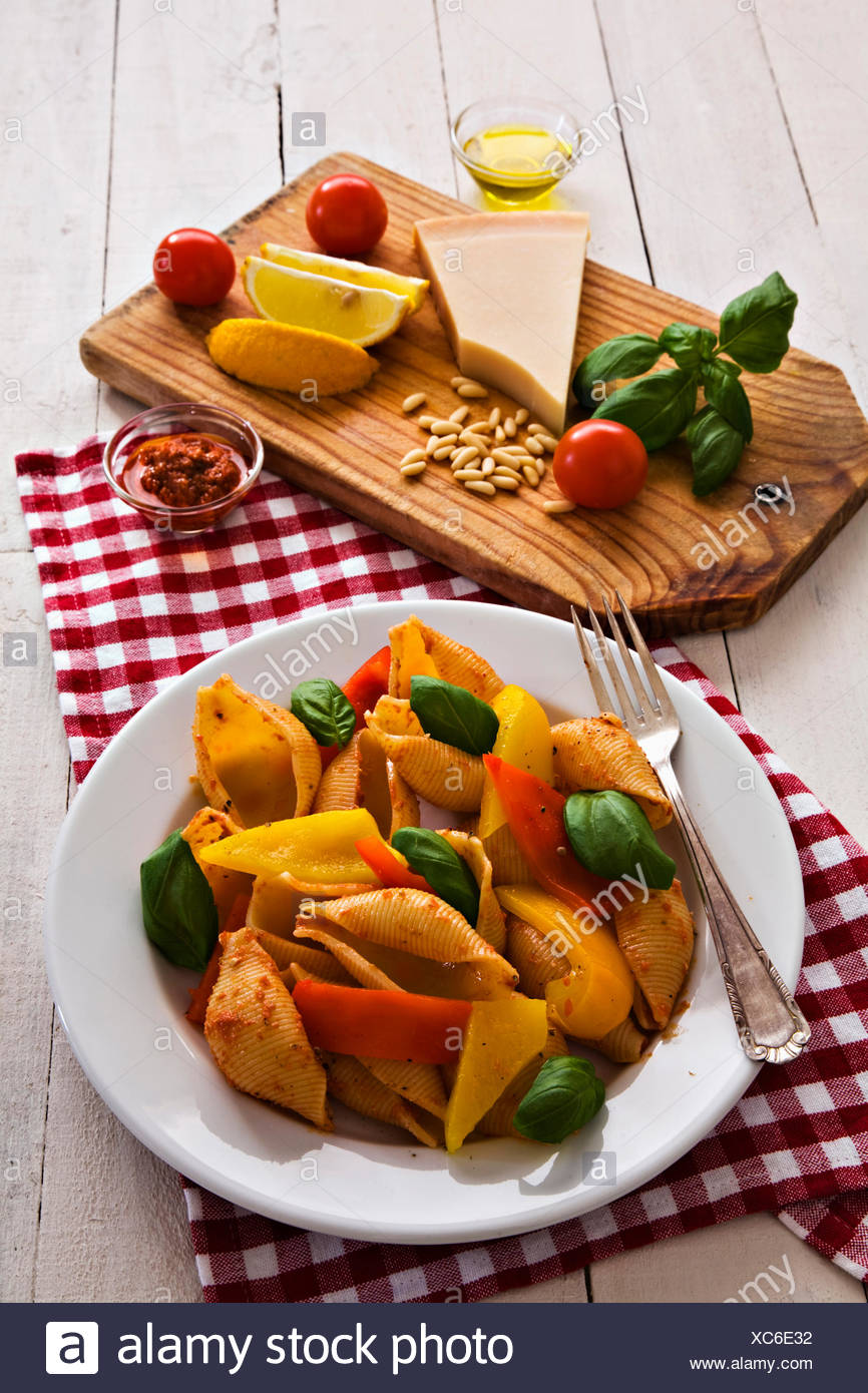 Conchiglioni and grilled peppers - Stock Image