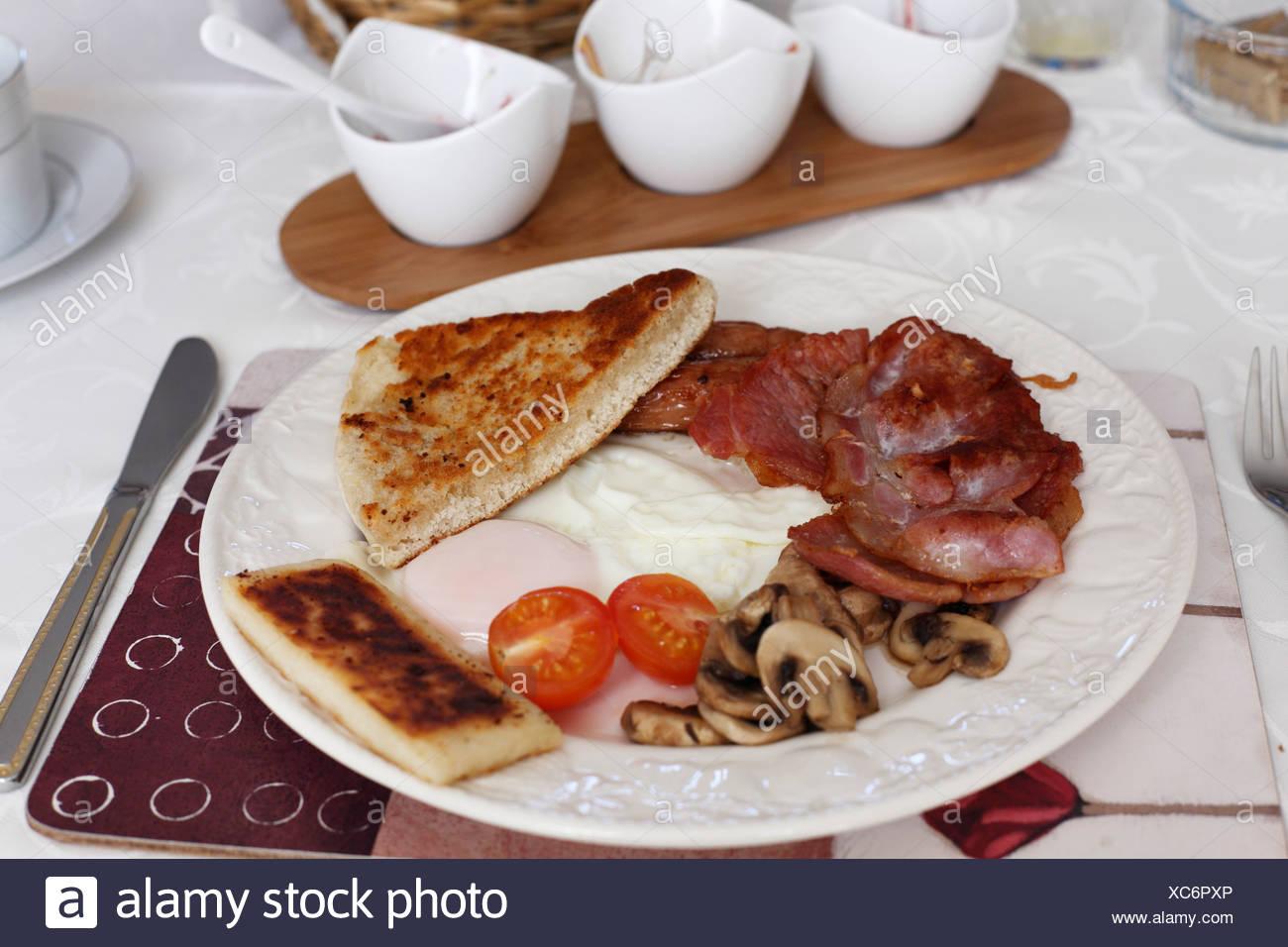 United Kingdom, Northern Ireland, Irish Breakfast in plate, close up - Stock Image