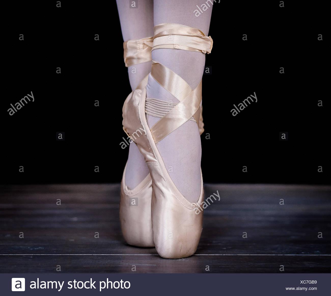 Ballerina standing en pointe - Stock Image