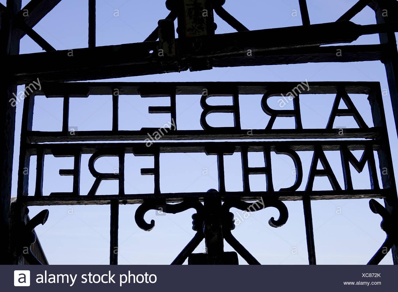 Schriftzug 'Arbeit Macht Frei' am Lagertor, Jourhhaus, KZ-Gedenkstätte Dachau, in der Nähe von München, Bayern, Deutschland - Stock Image