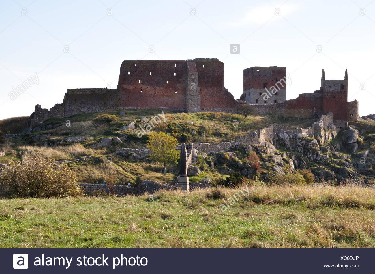 Blick auf die berühmte Burgruine Hammershus (einer der größten zusammenhängenden Burgruinen-Komplexe Nordeuropas) auf Bornholm Stock Photo