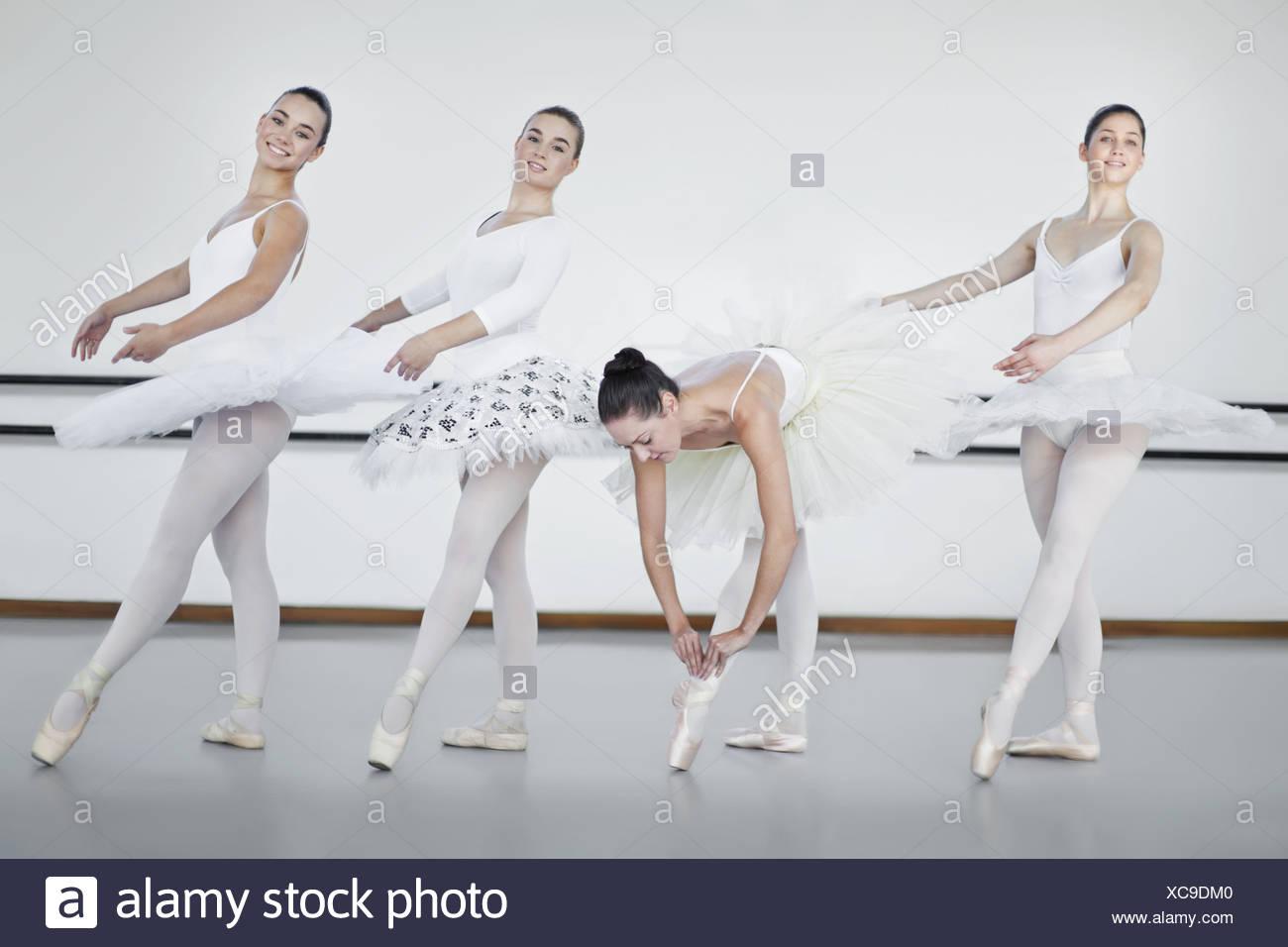 Ballet dancers standing in studio - Stock Image