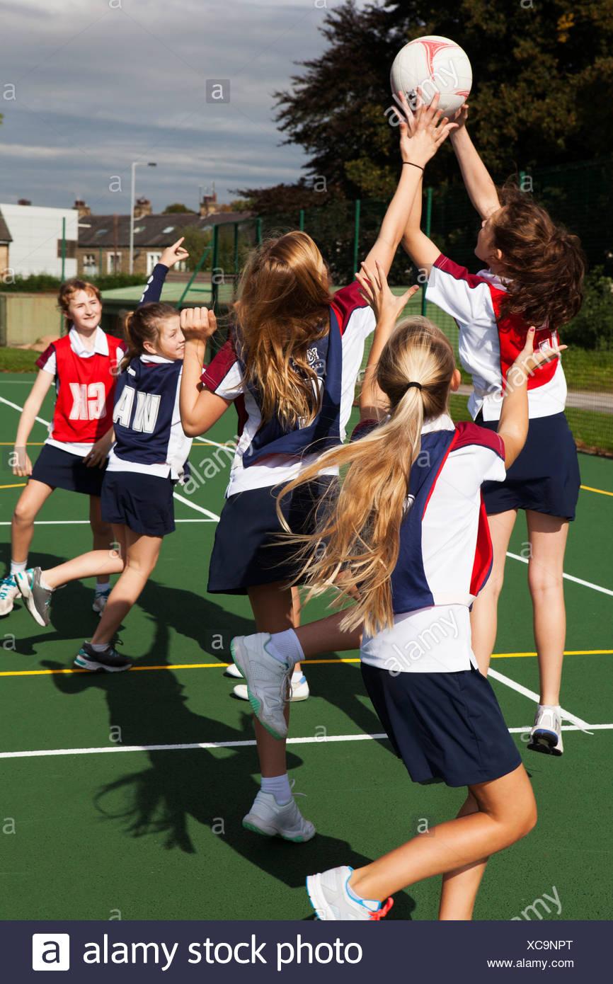 Teenage schoolgirl netball team in practice - Stock Image