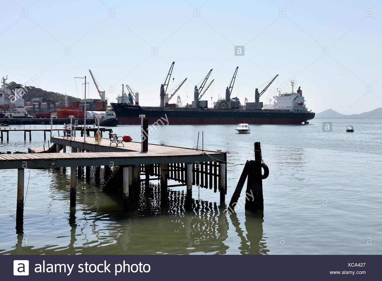 Navio graneleiro no porto da Baía da Babitonga, São Francisco do Sul, Santa Catarina, Brazil, 08/2017 Stock Photo