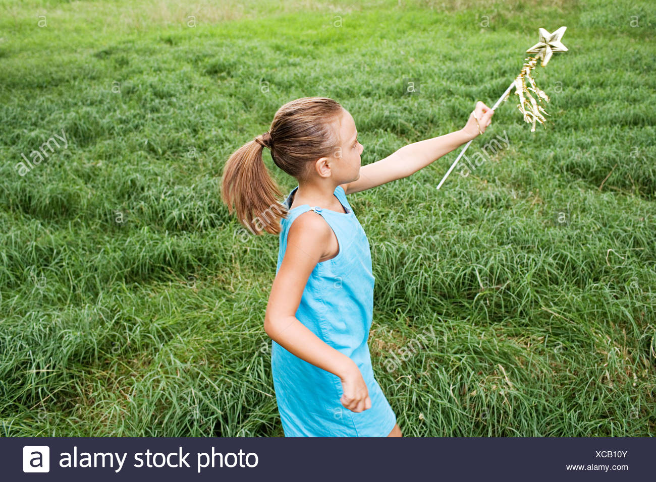 Girl playing in field - Stock Image
