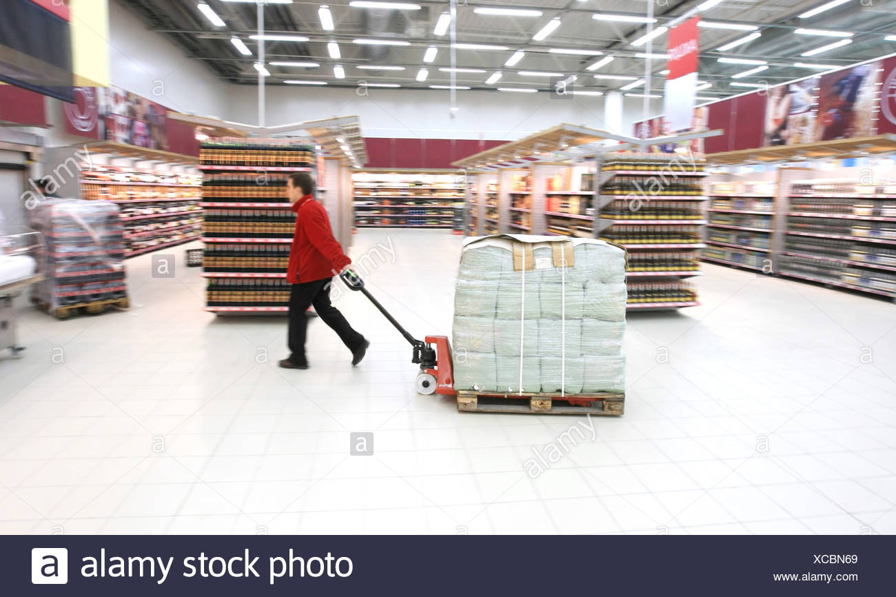 worker in supermarket - Stock Image
