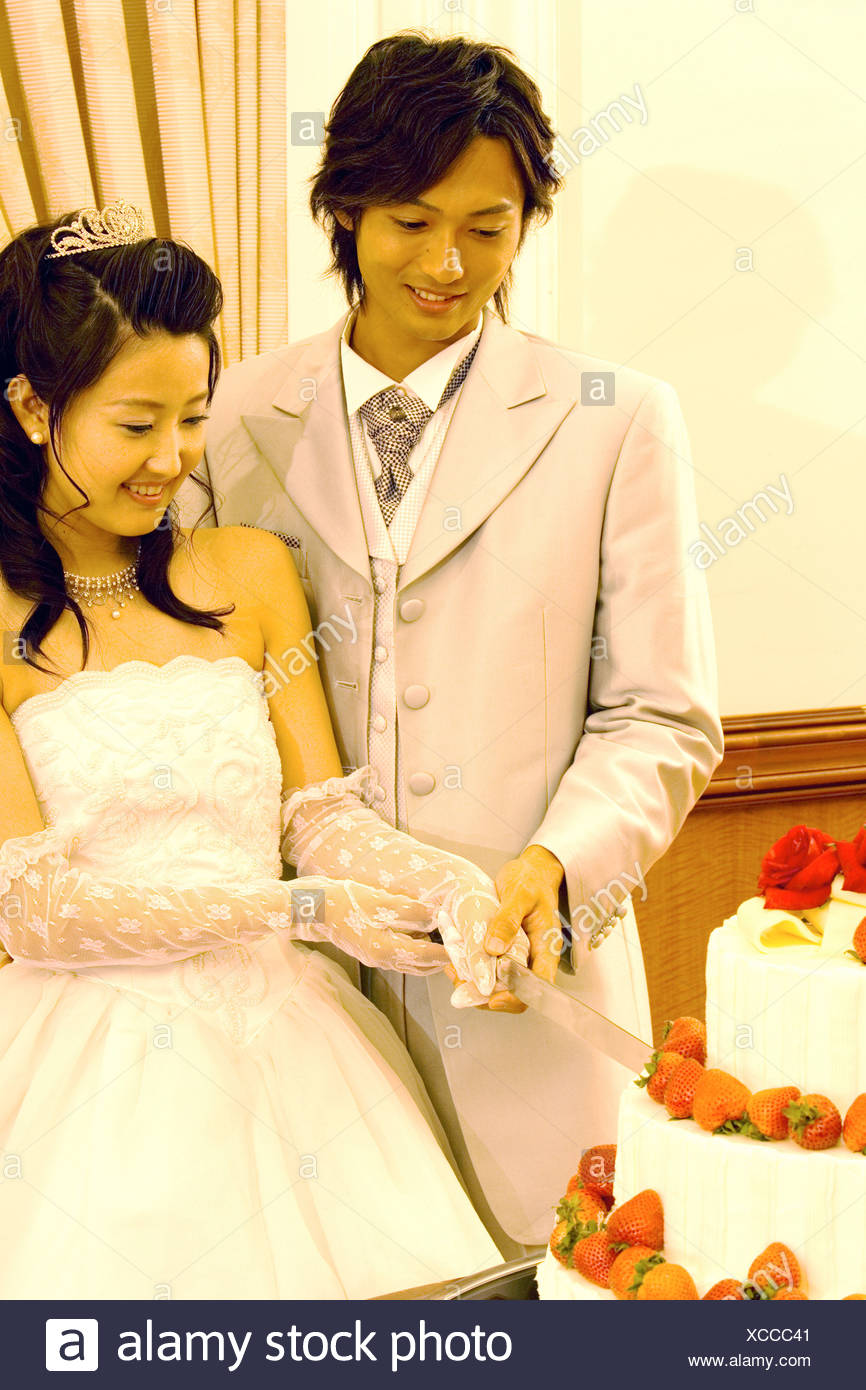 Asian Wedding Cake Cutting Stock Photos & Asian Wedding Cake Cutting ...