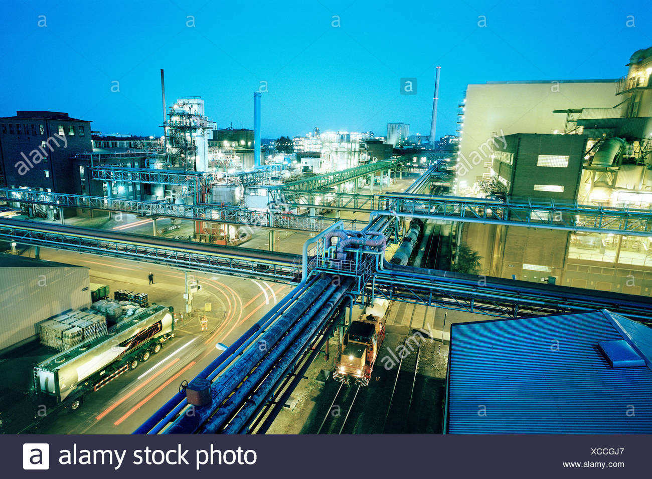 Large Chemical Plant at night - Stock Image