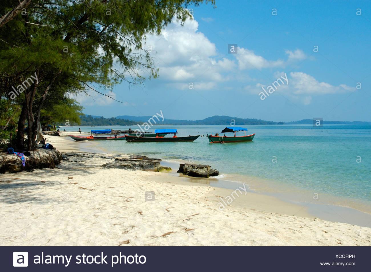 Fishing boats, secluded white sandy beach, clear blue water, Ream Nationalpark near Sihanoukville, Kompong Som, Kambodscha, Sou Stock Photo