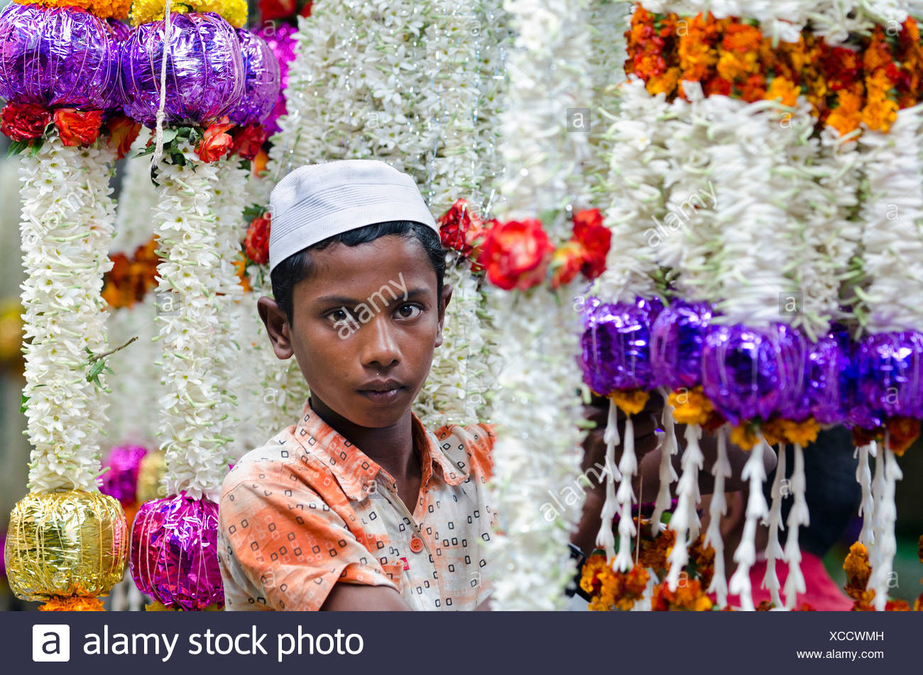 Muslim flower seller, leis or floral garlands, market, Mysore, South India, India, Asia - Stock Image