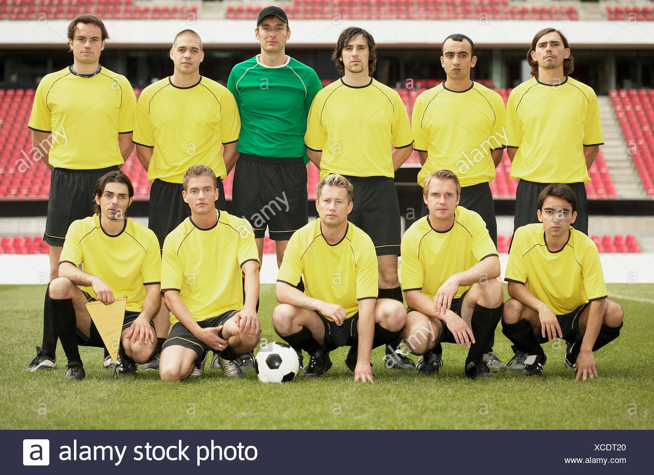 Football team in yellow - Stock Image