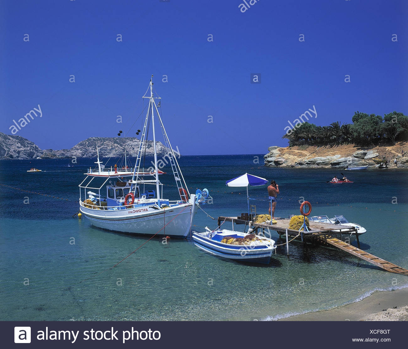 Greece, island Crete, Aghia Pelagia, bath bay, bridge, boots, outside, the Cyclades, Cyclades island, beach, sandy beach, bay, sea, the Mediterranean Sea, bathers, seaside resort, ships, motorboats, excursion boat, landing stage - Stock Image