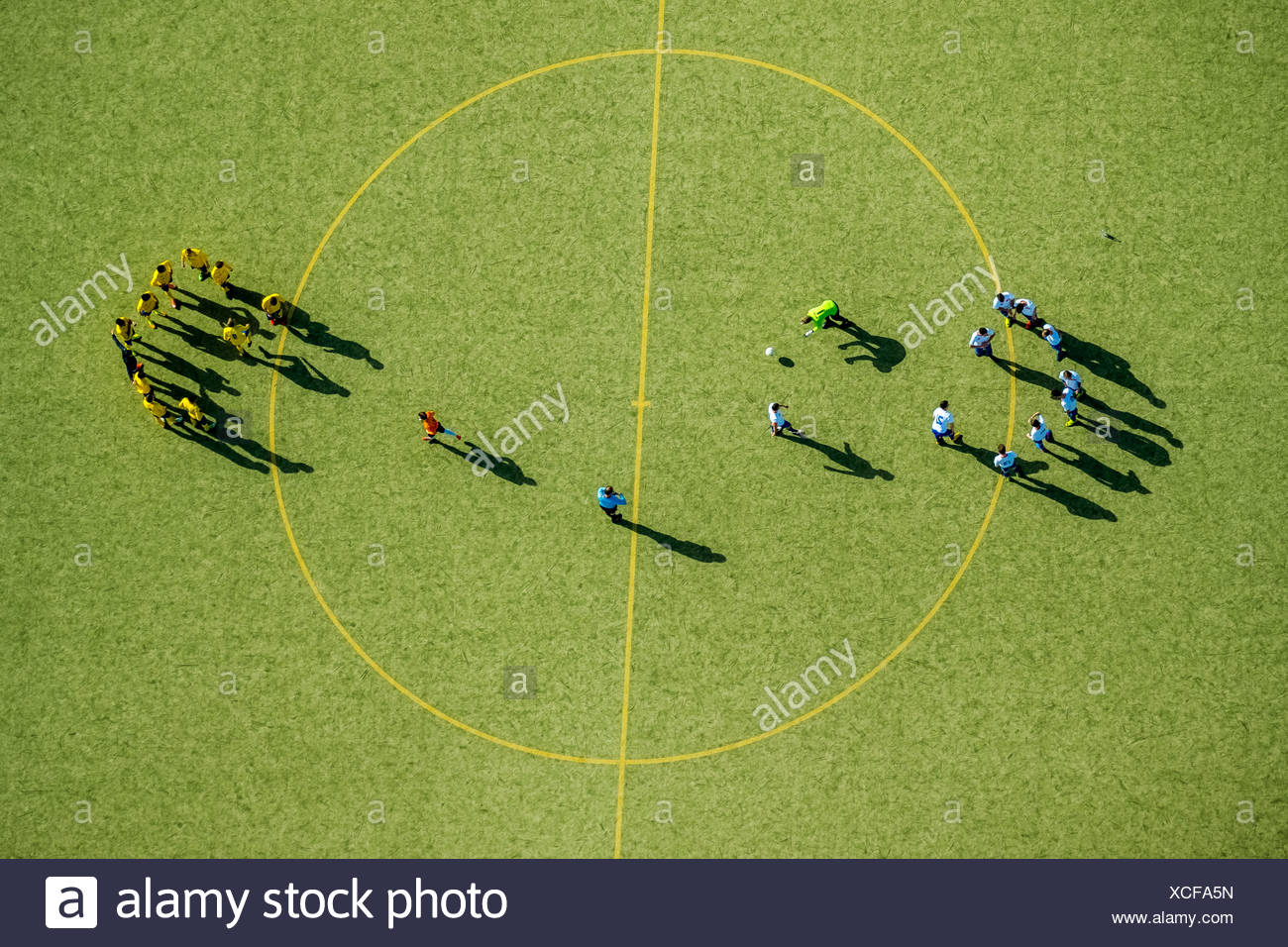 Football players at the center circle, soccer field, North Rhate-Westphalia, Germany - Stock Image