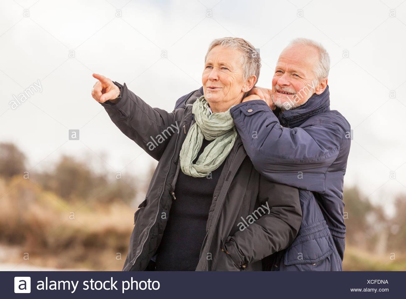 älteres senioren paar gesund und glücklich an der ostsee spazieren natur freizeit Stock Photo