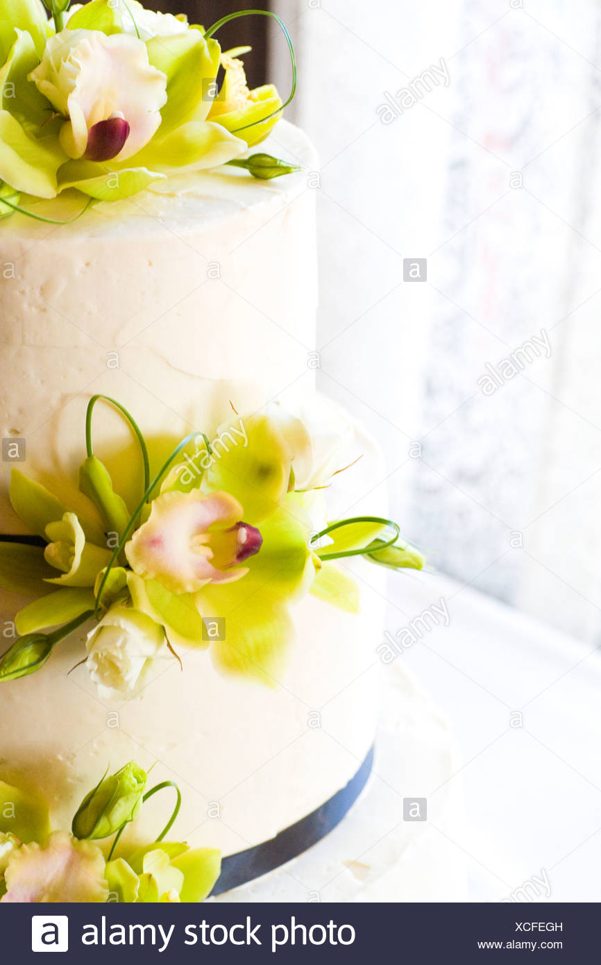 Two Tier Wedding Cake Stock Photos & Two Tier Wedding Cake Stock ...