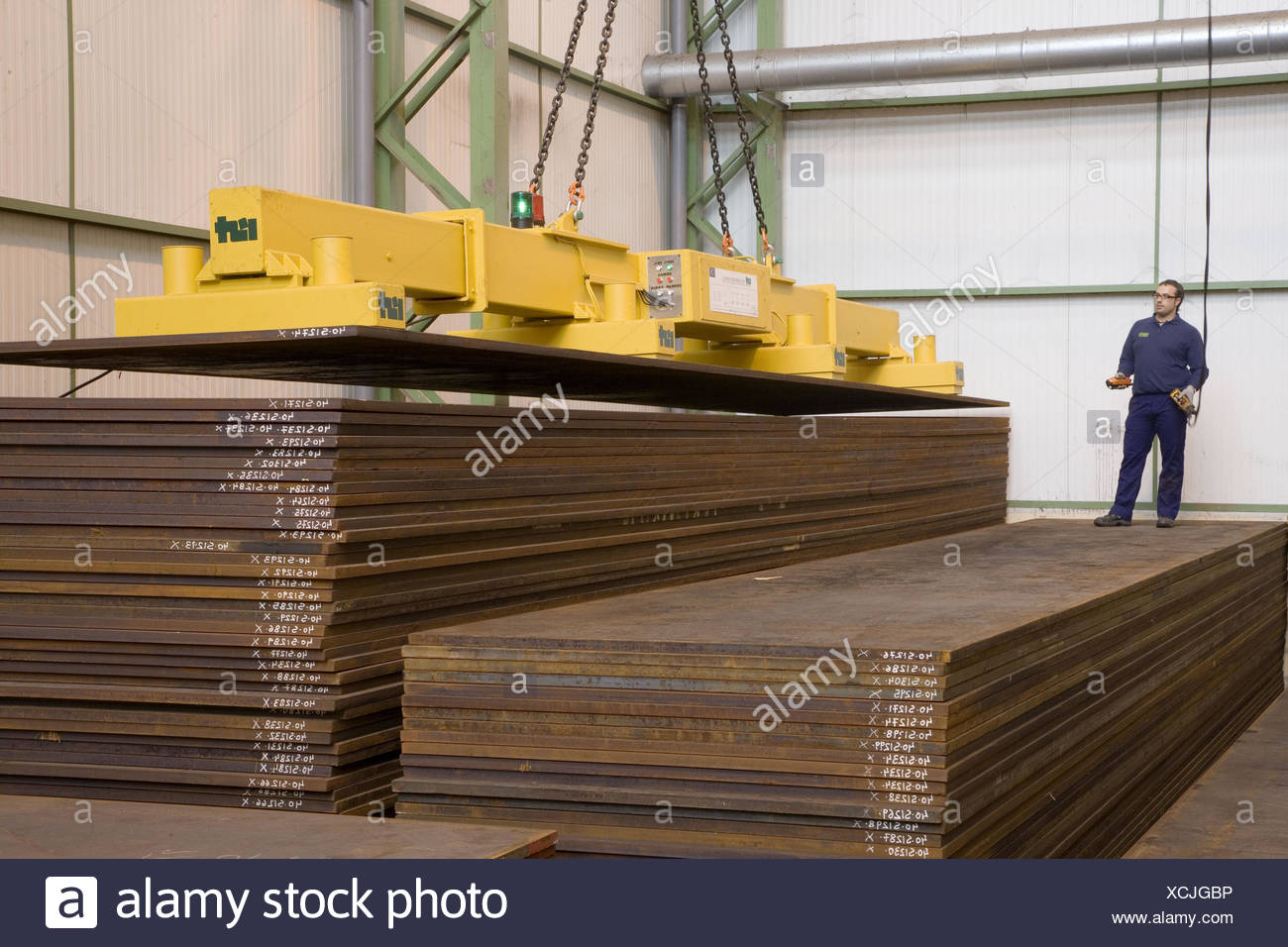 Permanent-electro magnetic telescopic beams for single sheet handling - Stock Image