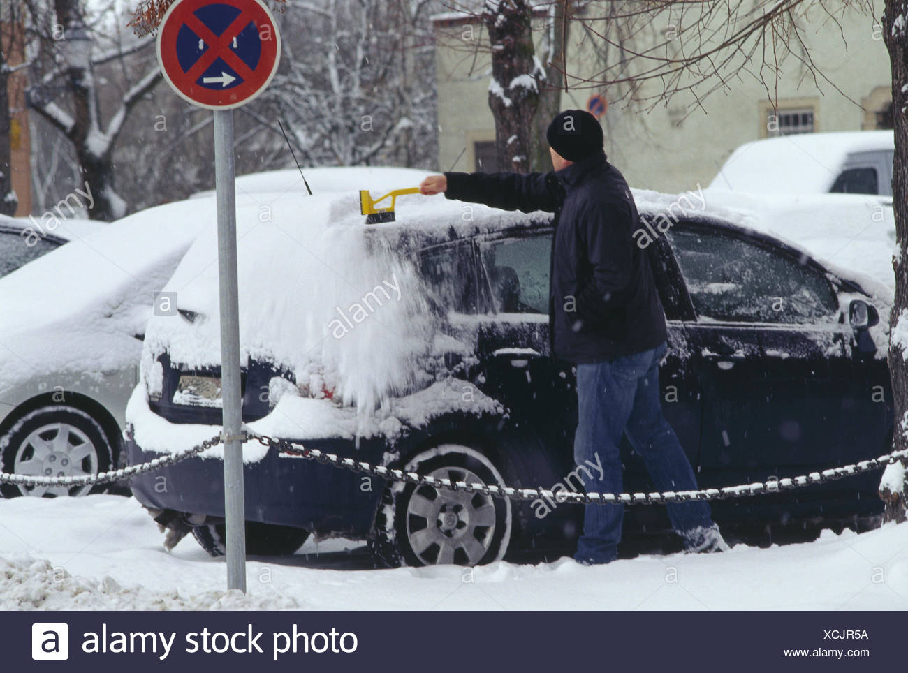 Roadside, parking lot, man, car, snow, sweep, from above, winters, vehicle, passenger car, vehicle owner, Eiskratzen, sweep, handbrushes, clean, Stock Photo