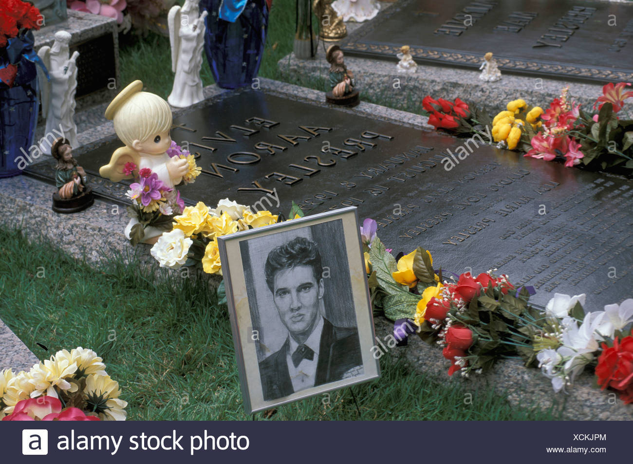 Usa Memphis Tennessee Elvis Presley Gravesite Graceland Cemetery Grave Graves Flowers Decorated Decoration Music Culture Idol - Stock Image