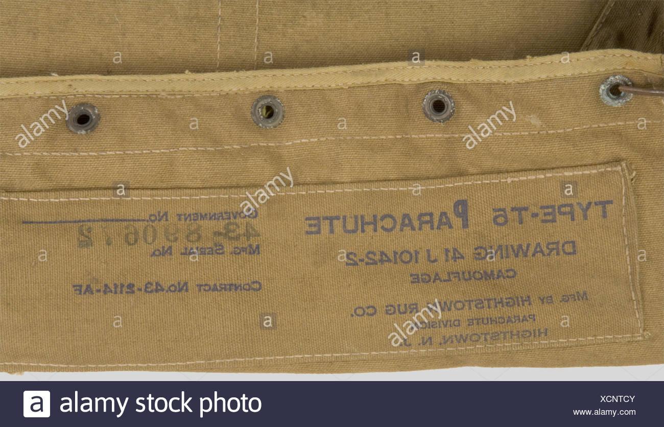 Etats Unis Deuxième Guerre Mondiale, Parachute US, comprenant un carré dorsal, un harnais en partie incomplet avec ses tampons de réception et l'enveloppe de parachute ventral datée 1943., , Stock Photo