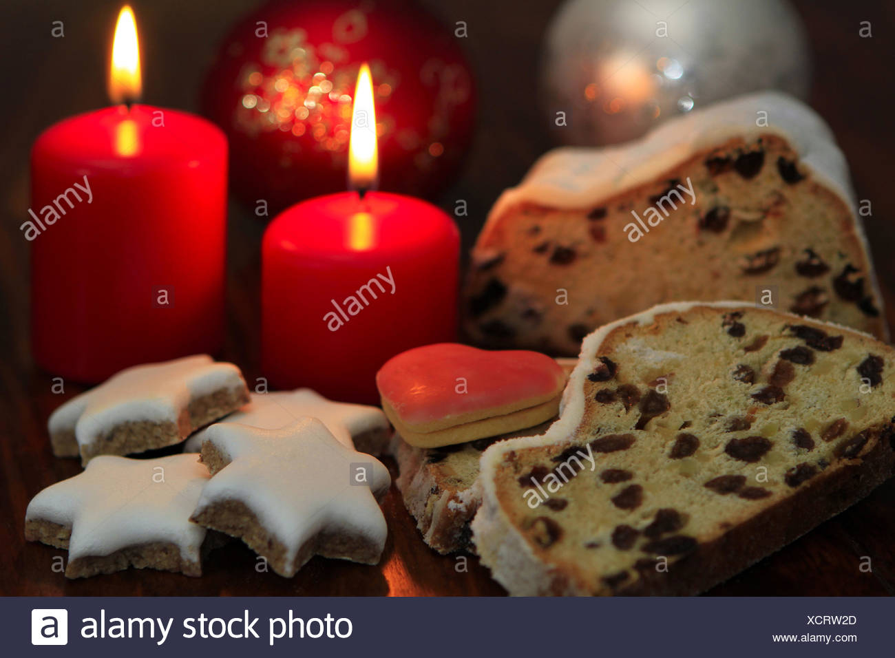 Weihnachtsgebäck Zimtsterne.Weihnachtsgebäck Christstollen Und Zimtsterne Stock Photo