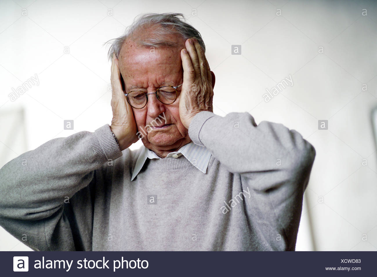 Boss, seriously, gesture, cephalalgias, half portrait, man, pensioner, man's portrait, unhappily, obliviously, forgetfulness, pain, pains, earache, disease, ill, noise, volume, Ear-deafeningly, loudly, unpleasantly, neighborhood fight - Stock Image