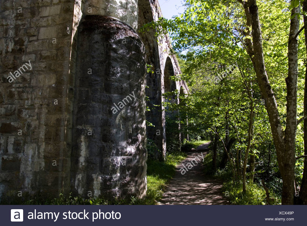Scotland, Perthshire, Pass of Killiecrankie, narrow tree-lined path next to viaduct - Stock Image