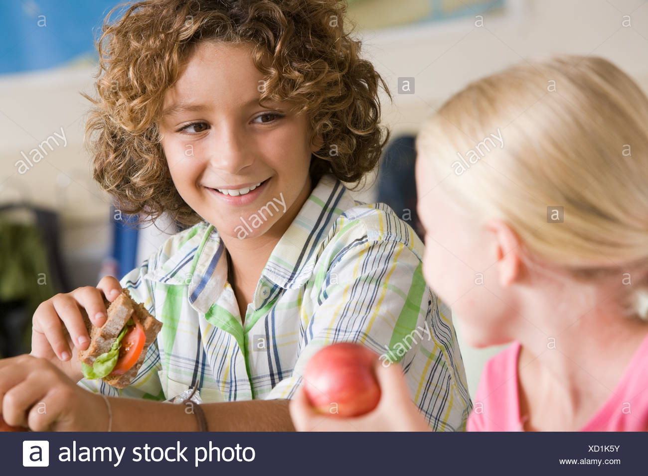 Boy and girl having packed lunch - Stock Image