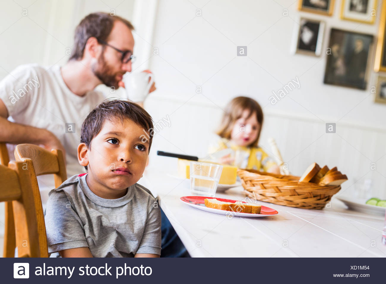 Father and children (2-3) in dining room - Stock Image
