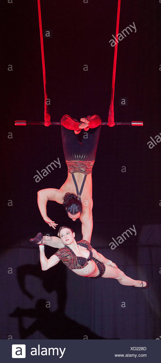 Trapeze act, Duo Rose, Samuel and Sylvia, FlicFlac Christmas Circus, premiere of Schrille Nacht, eilige Nacht, Westfalia Hall - Stock Image