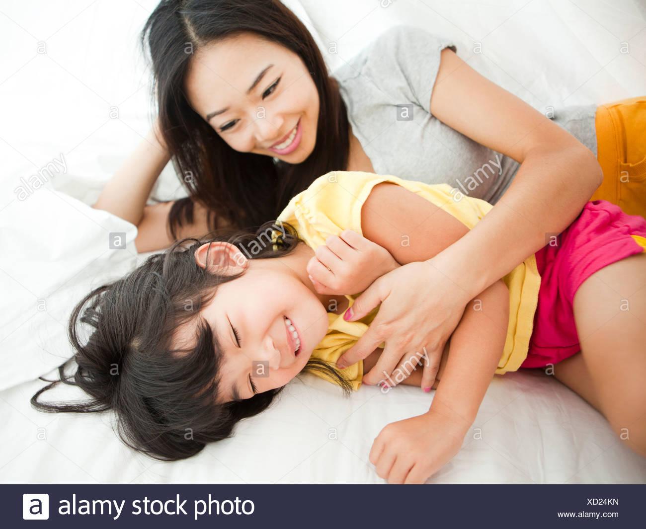 Фото дочка лижит матери, Подросток лижет письку мамочке и трахает 7 фотография