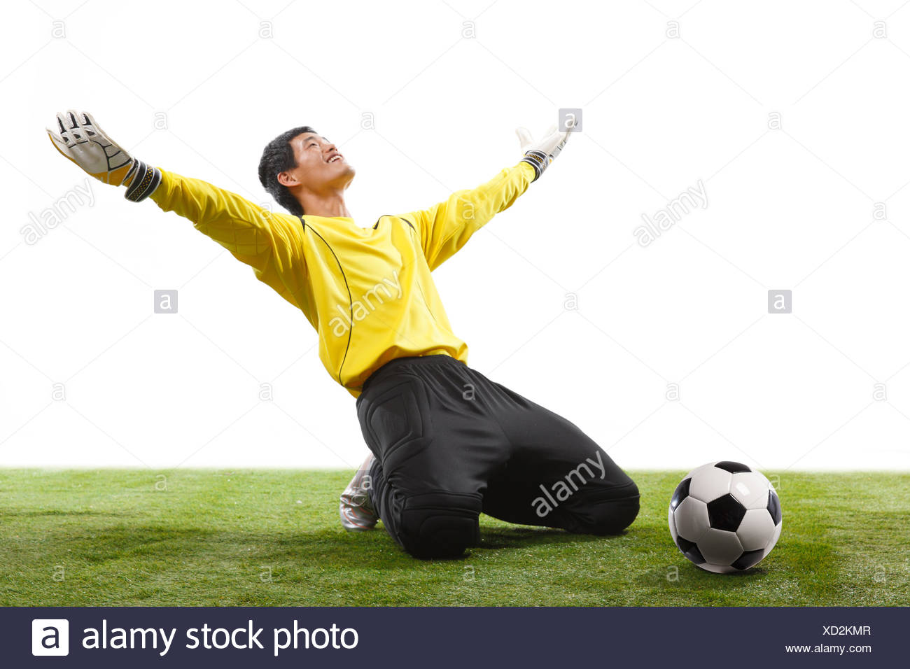 Tread athletes kneeling on the ground - Stock Image