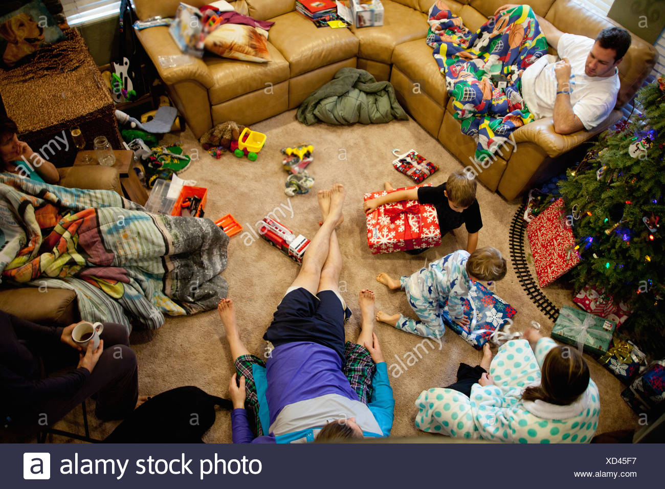 Young brothers opening gifts on xmas day - Stock Image