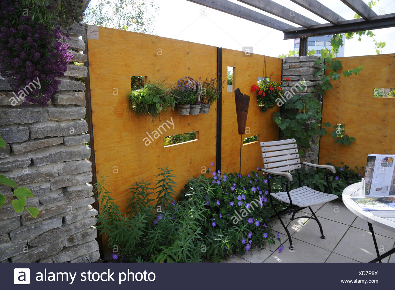 Garden with privacy shields - Stock Image