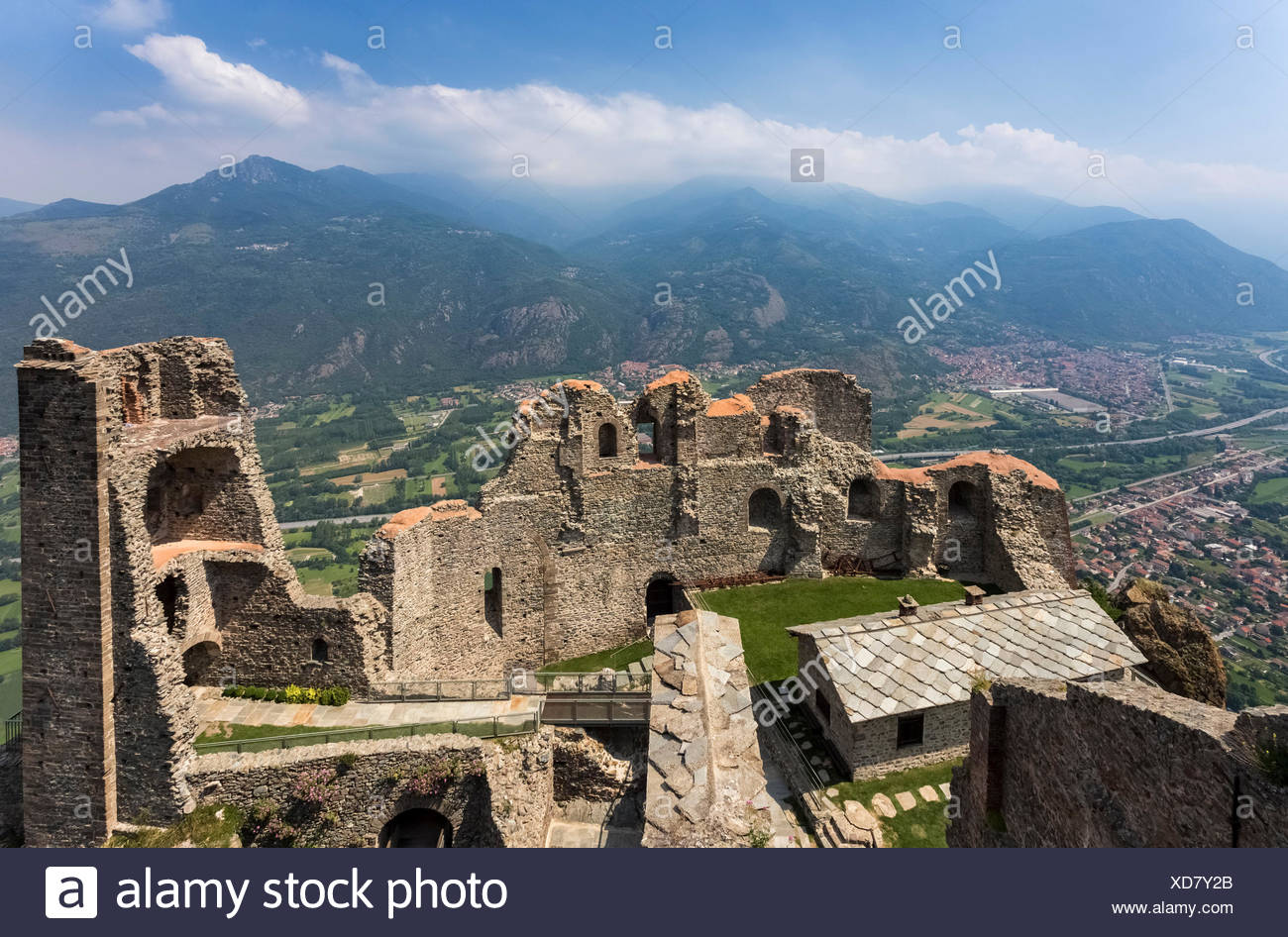https://c8.alamy.com/comp/XD7Y2B/view-of-the-torre-della-bellalda-and-the-ruins-of-the-new-monastery-sacra-di-san-michele-santambrogio-di-torino-val-di-susa-torino-district-piedmont-italy-XD7Y2B.jpg