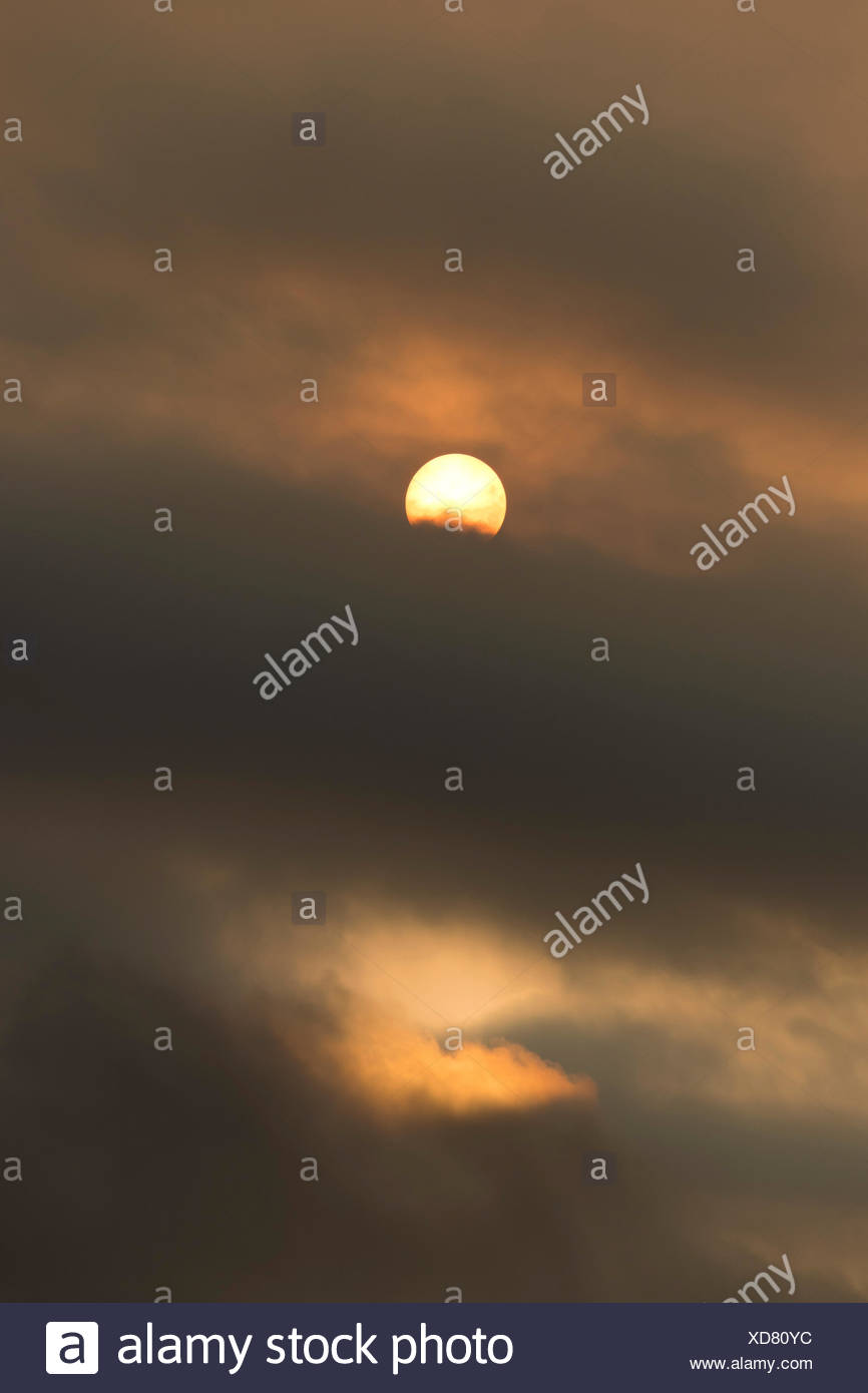 Sun behind clouds and brownish ash and gas clouds of the Holuhraun fissure eruption, north of the Bárðarbunga volcano - Stock Image