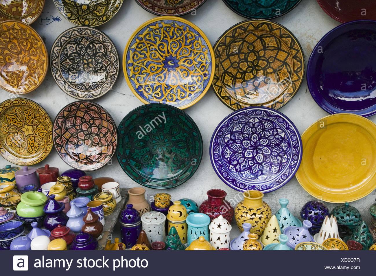 Marokko, Casablanca, Quartier Habous,  Souvenirgeschäft, Keramik, Detail,   Stadt, Stadtteil, Geschäft, Verkauf, Kunsthandwerk, Handwerkskunst, kunstvoll, landestypisch, Teller, Wandteller, Teelichter, Dosen, Aschenbecher, bunt, Vielfalt, außen, - Stock Image