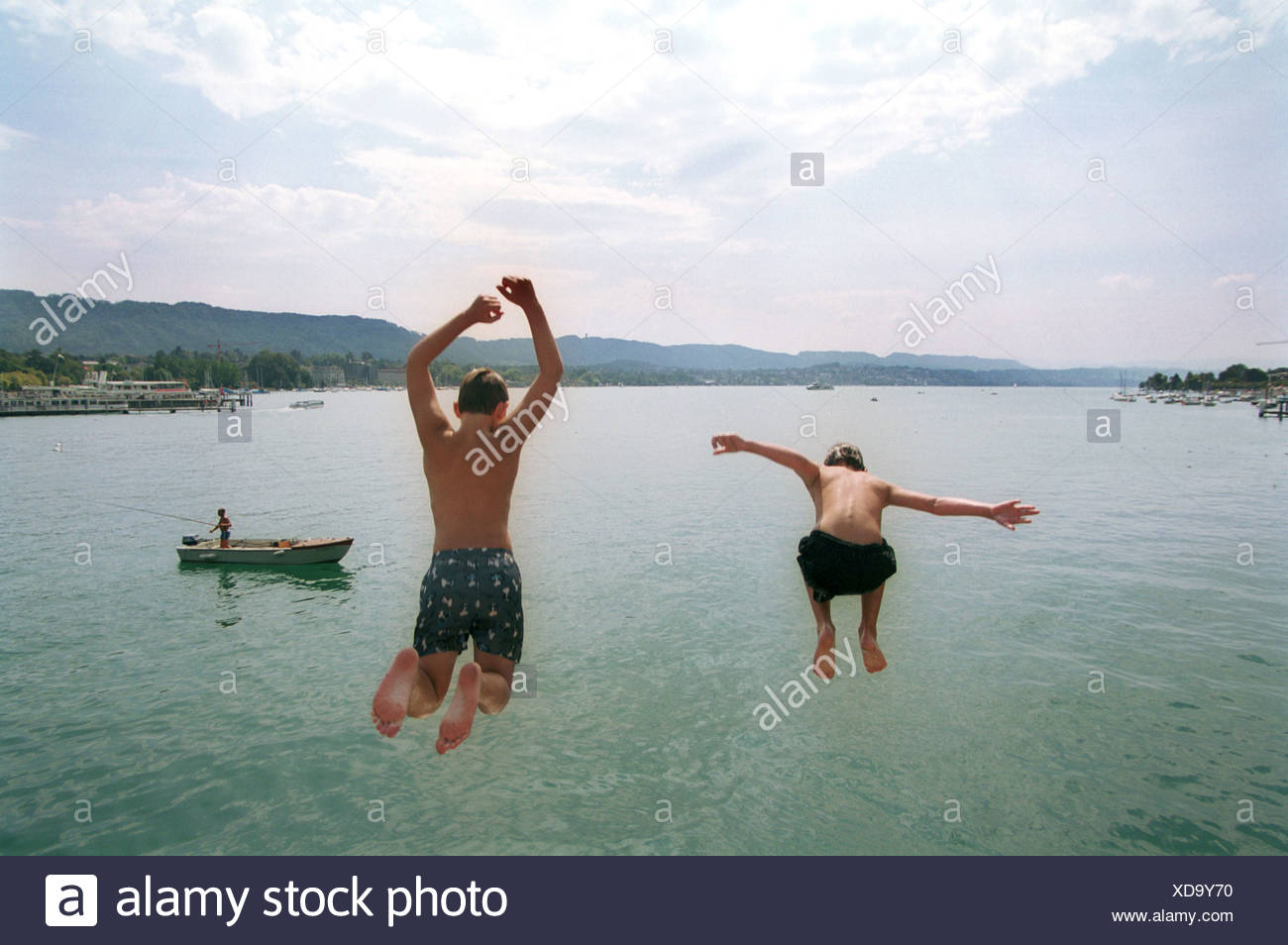 Boys jump from the Quaibrücke in Zuerichsee - Stock Image