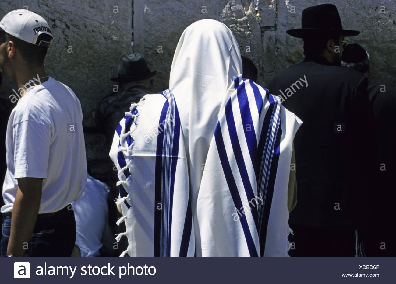Jew wearing tallis, tallit, Wailing Wall, Jerusalem, Israel - Stock Image