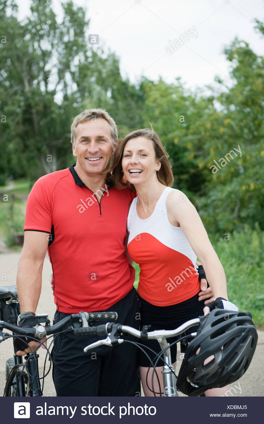 Couple of mature mountain bikers - Stock Image