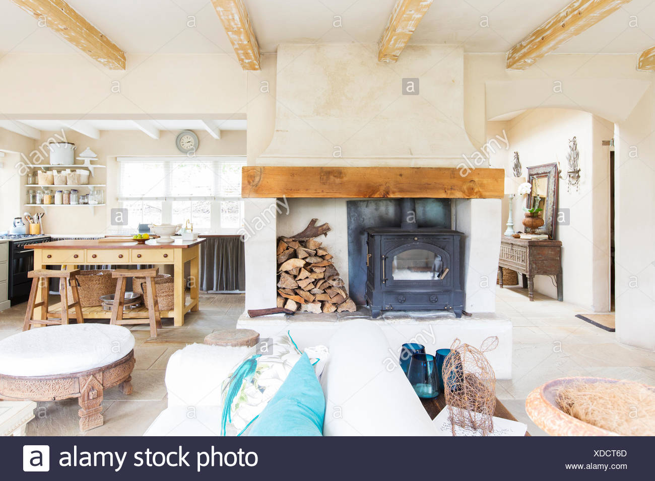 Living room and kitchen of rustic house - Stock Image
