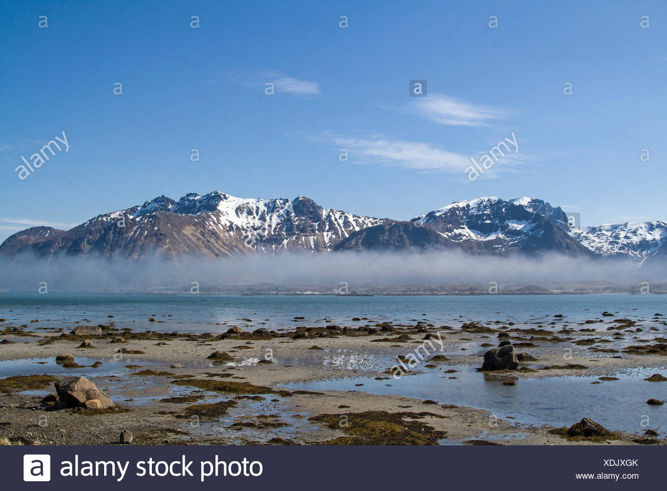 Blick von der Insel Gimsoy über den Sundklakkstraumen nach Vestavagoy Stock Photo