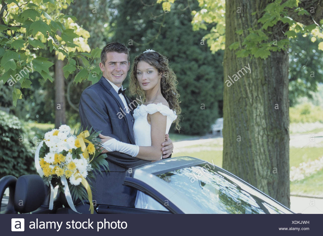 Wedding couple, bouquet, car, detail marriage, marriage, marriage ceremony, wedding, Before, wedding, connection, marry, marry, bride and groom, contently, satisfaction, luck, happily, together, joy, please, bride and groom, bridal bouquet, park Stock Photo