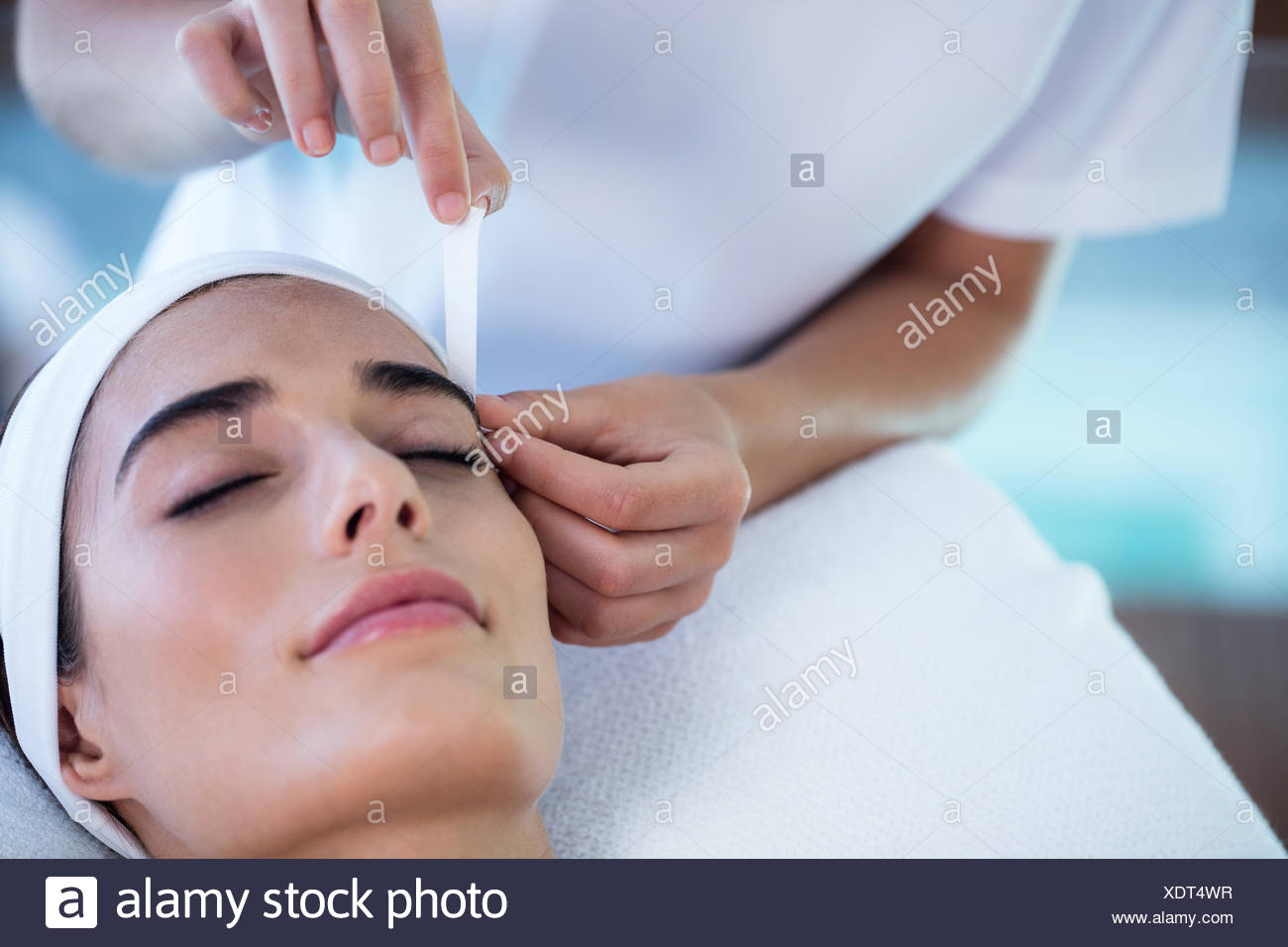Woman getting her eyebrows shaped - Stock Image