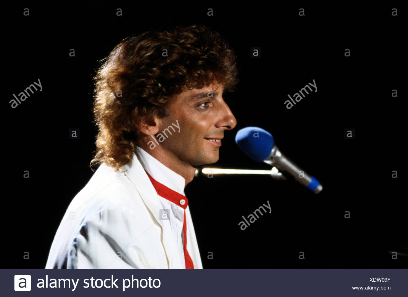Manilow, Barry (born Barry Alan Pincus), * 17.6.1946, US musician, portrait, during a concert, 1983, microphone, profile, side f - Stock Image
