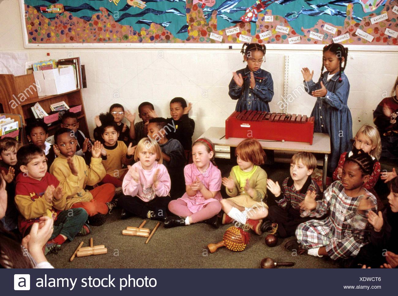 Primary school children having music lesson - Stock Image